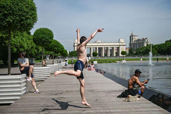 Gente visita il Gorkij Park di Mosca mentre la capitale russa allenta le restrizioni  - Sputnik Italia