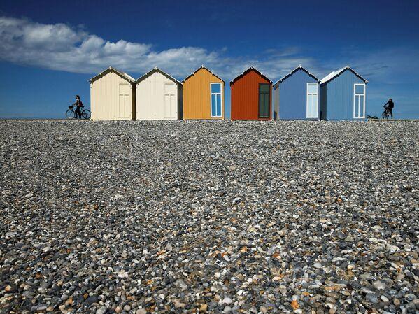 Ciclisti sulla spiaggia dopo che la Francia ha riaperto le sue spiagge al pubblico, a Cayeux-sur-Mer, in Francia, il 13 giugno 2020 - Sputnik Italia