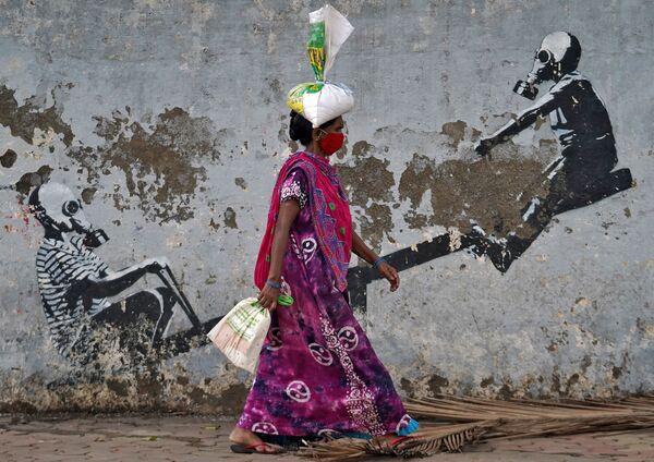 Una donna che indossa una mascherina protettiva a Mumbai, in India, il 12 giugno 2020 - Sputnik Italia