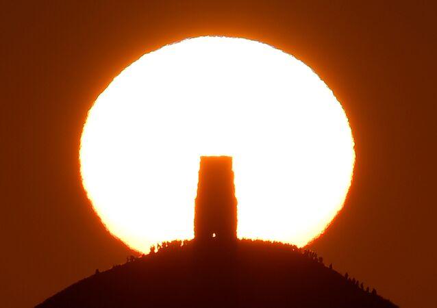 Il solstizio, il momento in cui il sole raggiunge il punto di declinazione massima o minima