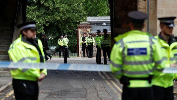 Agenti di polizia  dietro un cordone sulla scena dell'accoltellamento a Reading, Gran Bretagna, 21 giugno 2020. - Sputnik Italia