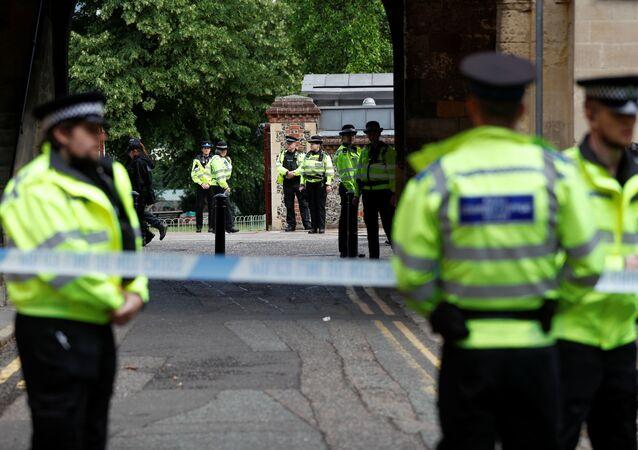 Agenti di polizia  dietro un cordone sulla scena dell'accoltellamento a Reading, Gran Bretagna, 21 giugno 2020.