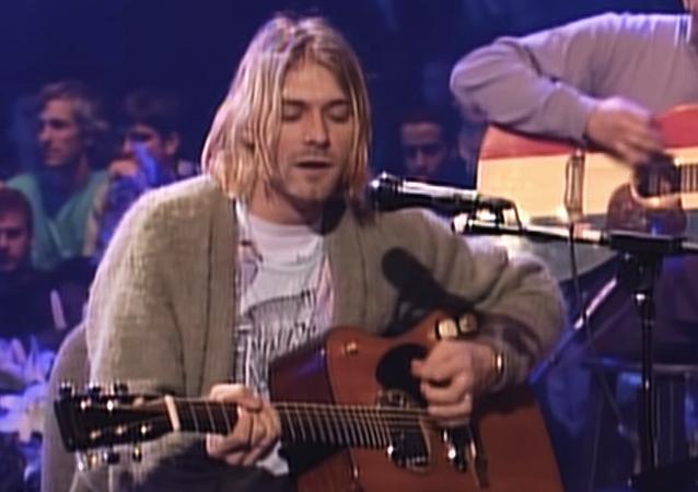 Kurt Cobain, venduta per 6 milioni di dollari la chitarra del concerto Unplugged
