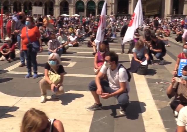 Protesta al Duomo contro la Regione per gestione disastrosa emergenza coronavirus