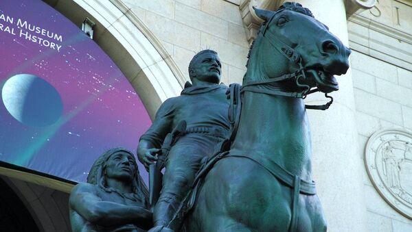 La statua di Theodore Roosevelt al di fuori del Museo Americano di Storia Naturale di New York City, New York, Stati Uniti. - Sputnik Italia