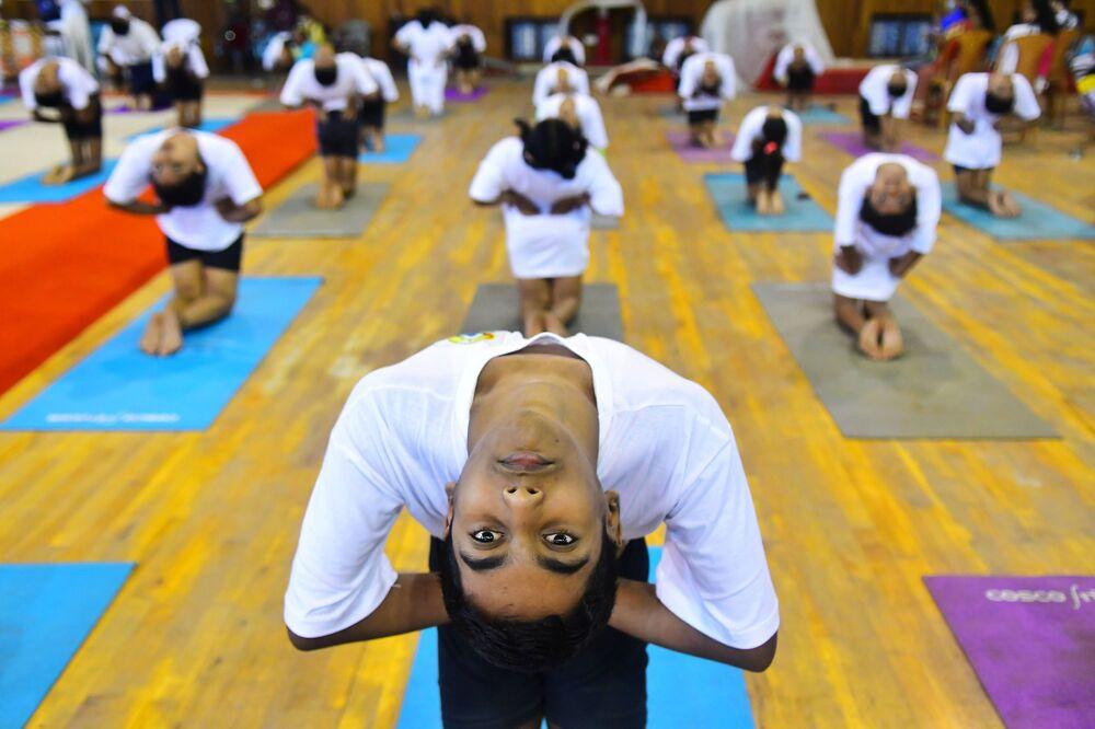 Studenti fanno yoga durante la Giornata internazionale dello yoga ad Agartal, in India