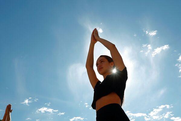 Ragazza durante una sessione di yoga a Bruxelles, in Belgio - Sputnik Italia