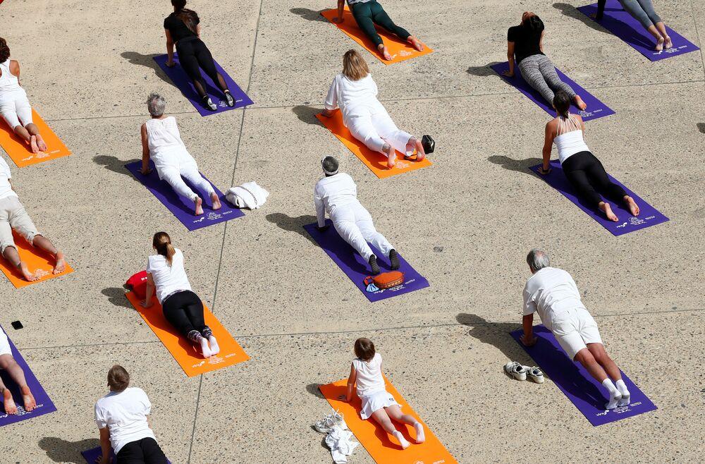 Persone durante lezione di yoga a Bruxelles, in Belgio
