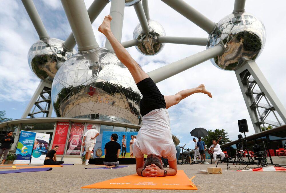Persone praticano yoga durante la giornata internazionale dello yoga a Bruxelles, in Belgio