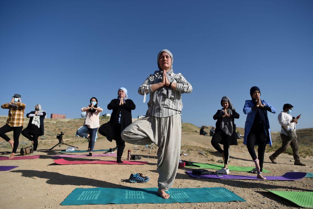 Partecipanti ad esercizi di yoga del primo centro yoga di Kabul per donne durante la giornata internazionale dello yoga