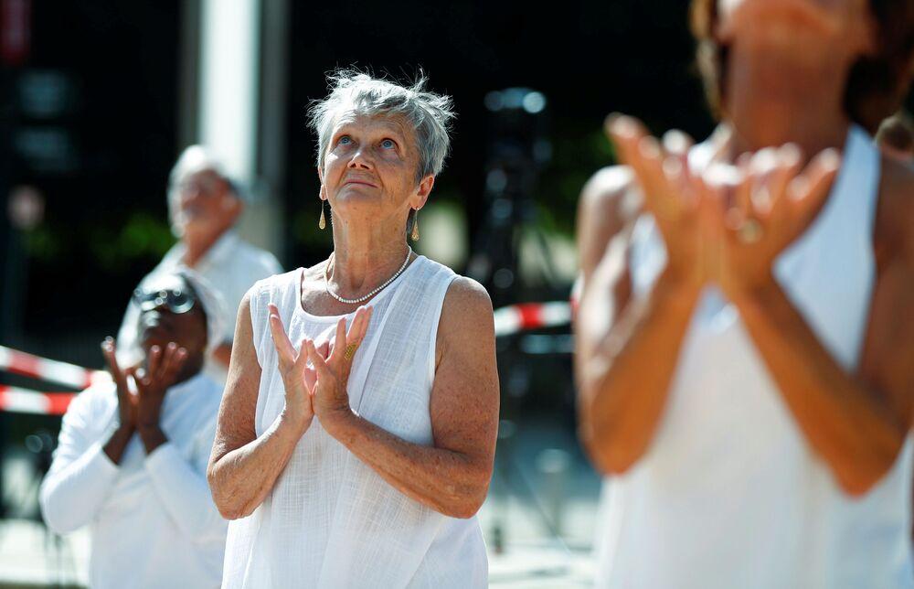 Lezione di yoga durante la Giornata internazionale dello yoga, Bruxelles