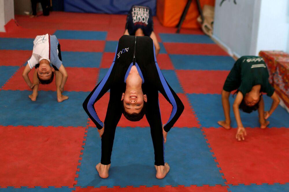 I bambini fanno yoga durante la Giornata internazionale dello yoga, Gaza