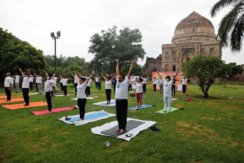 Le persone praticano yoga a Nuova Delhi, India
