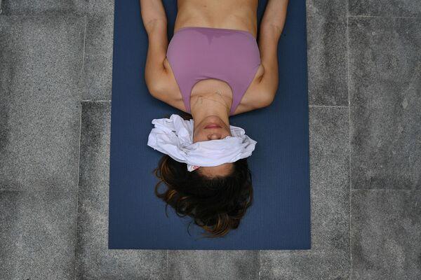 Una ragazza durante la pratica dello yoga a Caracas, Venezuela - Sputnik Italia