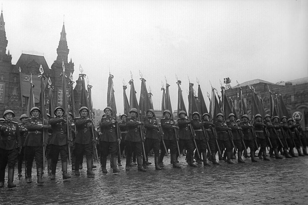 La marcia solenne di un reggimento alla parata della Vittoria contro il nazifascismo in Piazza Rossa a Mosca il 24 giugno del 1945.