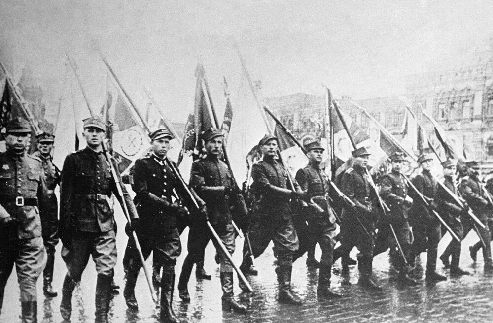 Soldati polacchi alla parata della Vittoria contro il nazifascismo in Piazza Rossa a Mosca il 24 giugno del 1945.