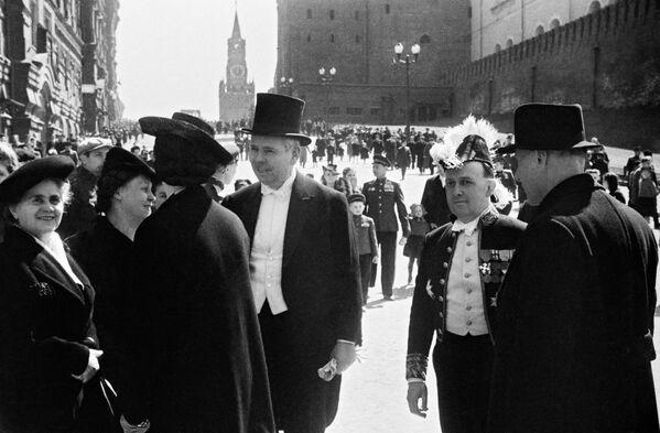 Ospiti stranieri alla parata della Vittoria contro il nazifascismo in Piazza Rossa a Mosca il 24 giugno del 1945. - Sputnik Italia