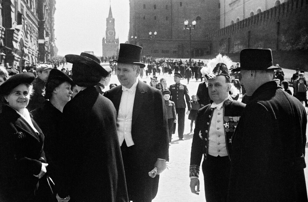 Ospiti stranieri alla parata della Vittoria contro il nazifascismo in Piazza Rossa a Mosca il 24 giugno del 1945.