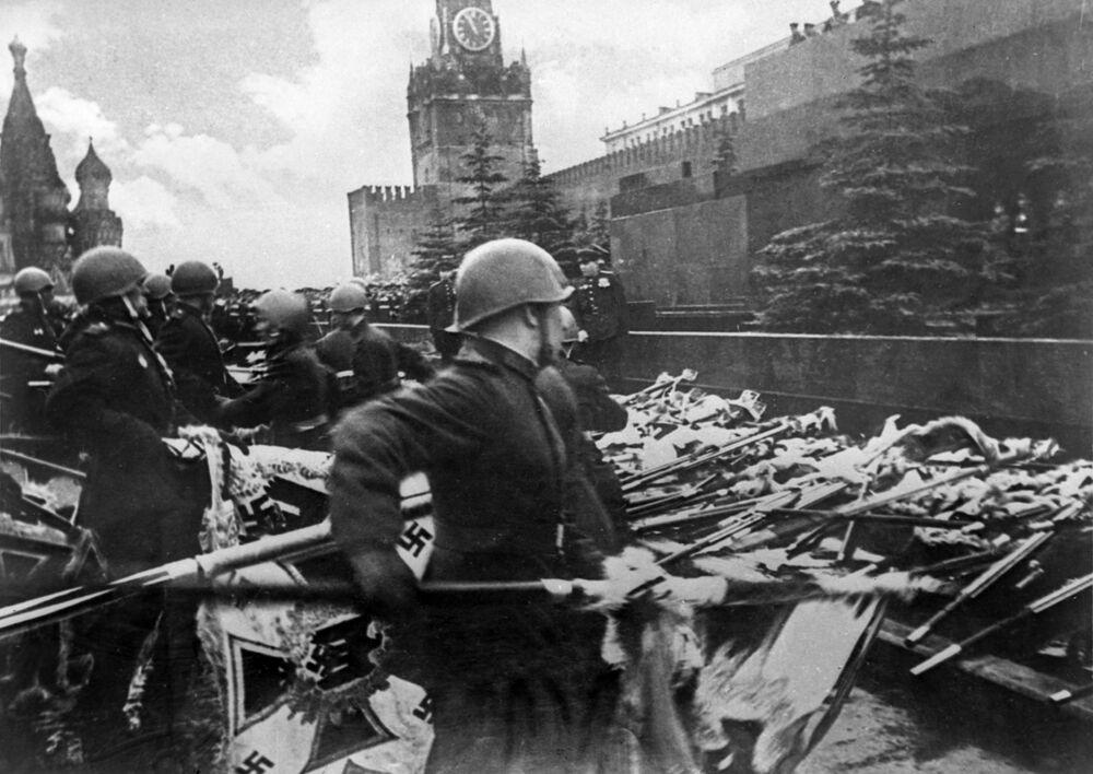 I soldati sovietici gettano gli stendardi tedeschi al Mausoleo a Mosca alla parata del 24 giugno 1945.