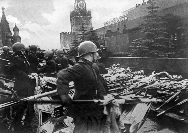 I soldati sovietici gettano gli stendardi tedeschi al Mausoleo a Mosca alla parata del 24 giugno 1945. - Sputnik Italia