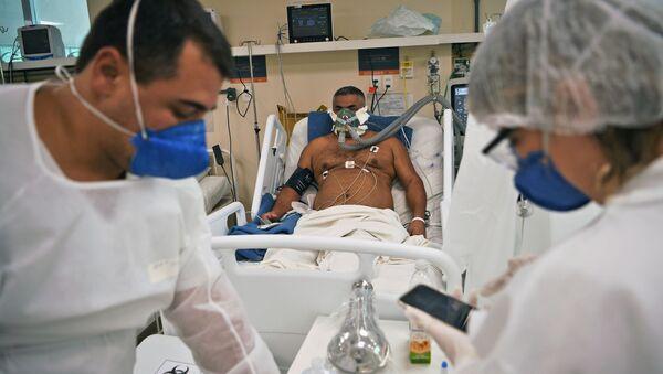 Пациент с COVID-19 проходит лечение в больнице Океанико в Нитерой, Рио-де-Жанейро - Sputnik Italia