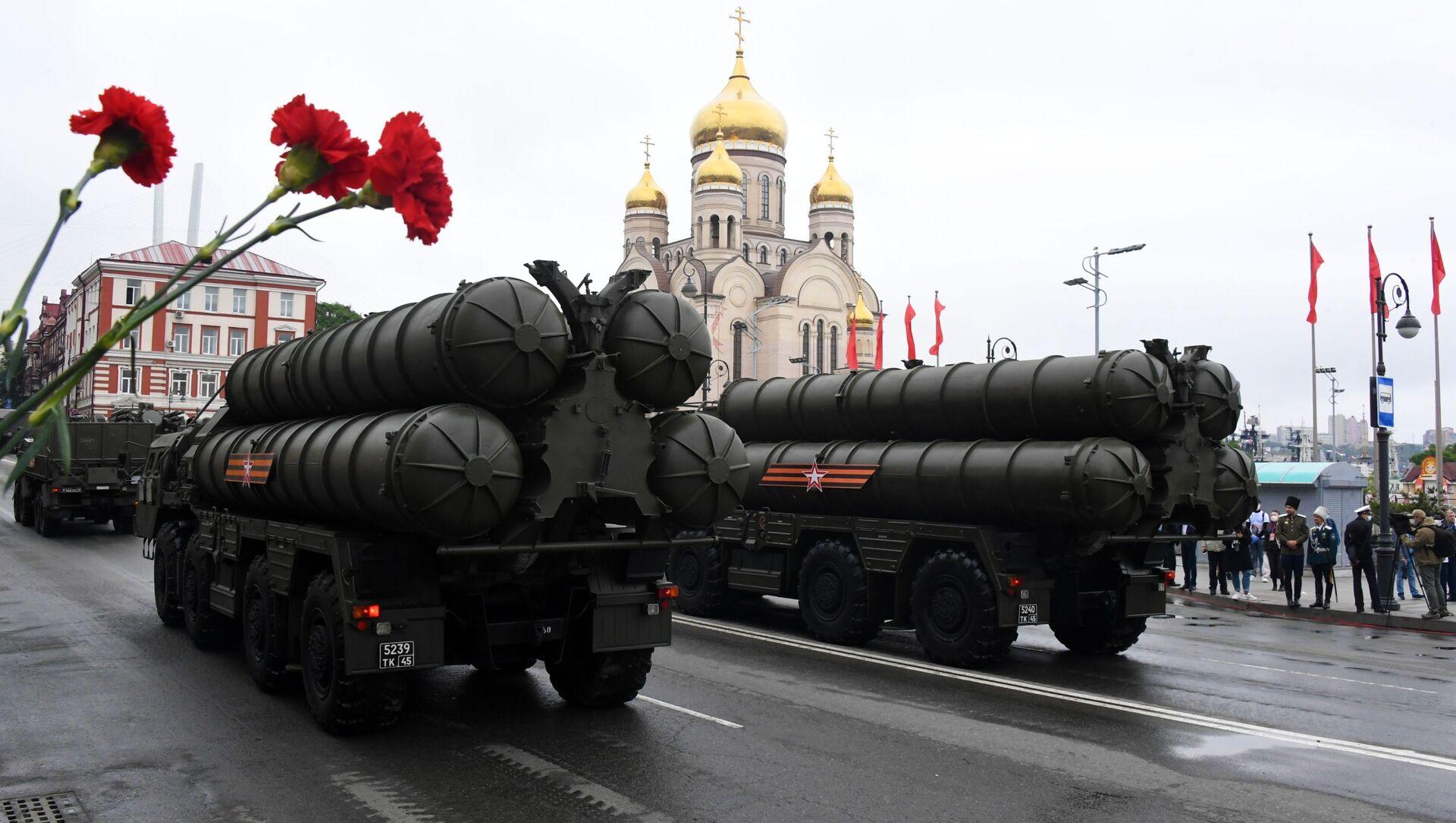 Зенитно-ракетные комплексы С-400 на военном параде в ознаменование 75-летия Победы во Владивостоке - Sputnik Italia, 1920, 25.02.2021