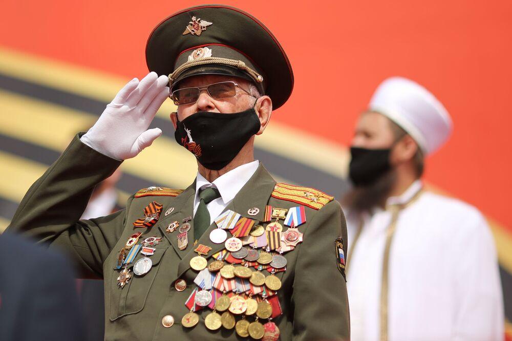 Un veterano alla parata della Vittoria a Volgograd.