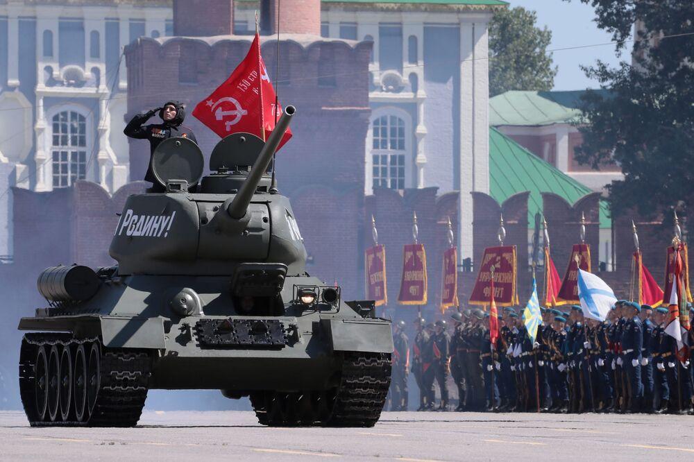 Il carro armato T-34-85 alla parata militare per il 75esimo anniversario della Vittoria contro il nazismo a Tula.
