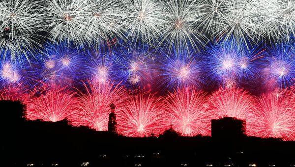 I fuochi d'artificio a Mosca per il 75esimo anniversario della Vittoria nella Grande Guerra Patriottica degli anni 1941-1945. - Sputnik Italia