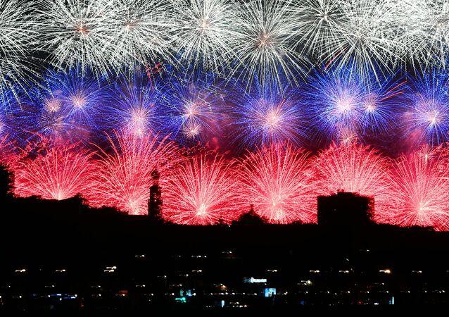 I fuochi d'artificio a Mosca per il 75esimo anniversario della Vittoria nella Grande Guerra Patriottica degli anni 1941-1945.