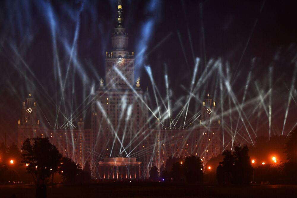 La sede principale dell'Università statale di Mosca Lomonosov durante la manifestazione Le luci della Vittoria a Mosca.
