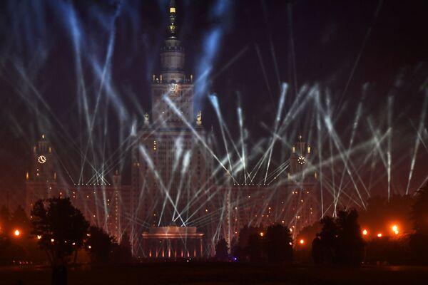 La sede principale dell'Università statale di Mosca Lomonosov durante la manifestazione Le luci della Vittoria a Mosca. - Sputnik Italia
