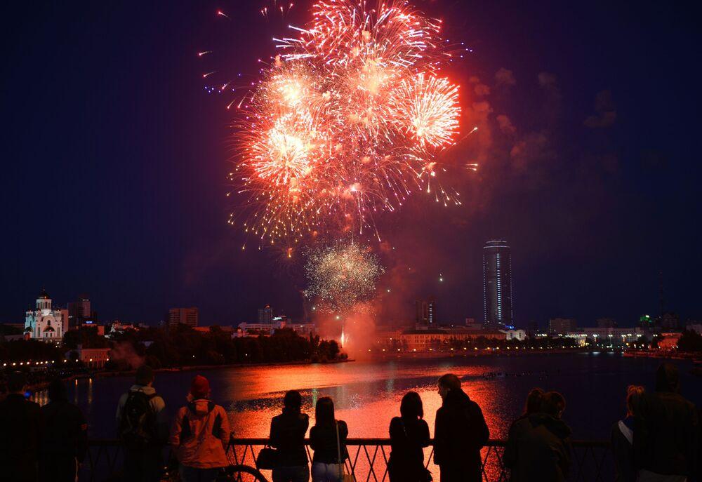 I fuochi d'artificio a Ekaterinburg per il 75esimo anniversario della Vittoria nella Grande Guerra Patriottica degli anni 1941-1945.