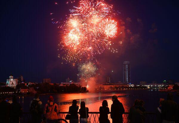 I fuochi d'artificio a Ekaterinburg per il 75esimo anniversario della Vittoria nella Grande Guerra Patriottica degli anni 1941-1945. - Sputnik Italia