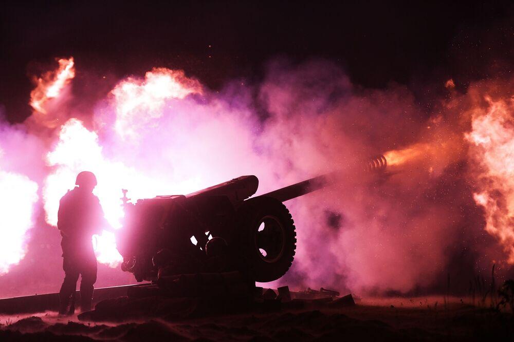 I fuochi d'artificio a Novosibirsk sulla riva del fiume Ob per il 75esimo anniversario della Vittoria nella Grande Guerra Patriottica degli anni 1941-1945.