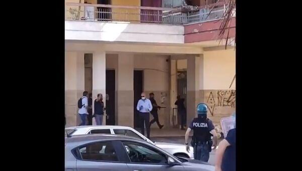 Mondragone, tensioni a Palazzi Ex Cirio tra bulgari e italiani dopo imposizione di zona rossa per focolaio covid - frame di video - Sputnik Italia