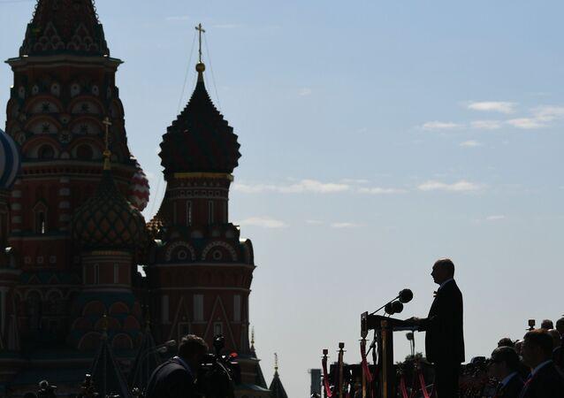 Il presidente russo Vladimir Putin interviene alla parata militare per il 75esimo anniversario della Vittoria contro il nazismo sulla Piazza Rossa a Mosca