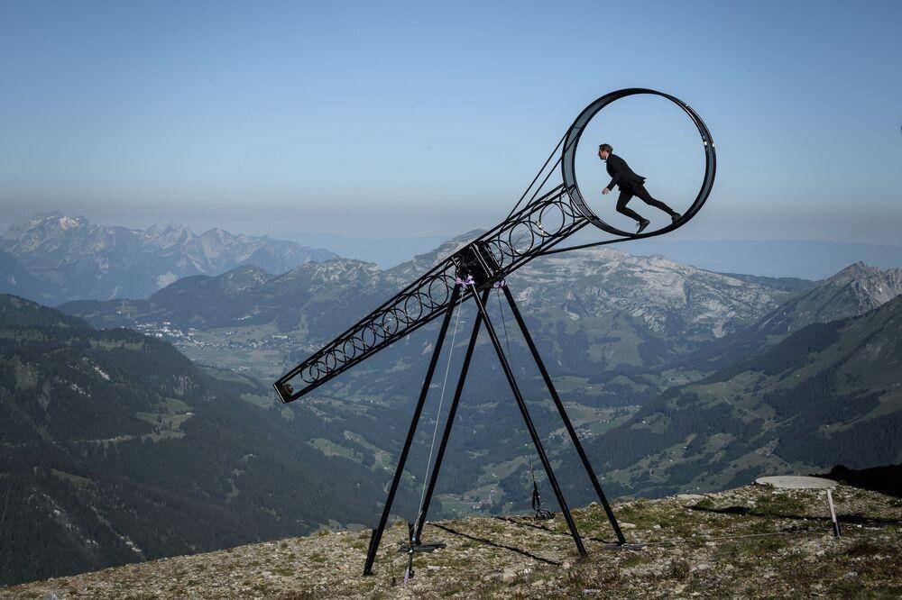 L'acrobata svizzero Ramon Kathriner si esibisce allo show Il cerchio della morte.