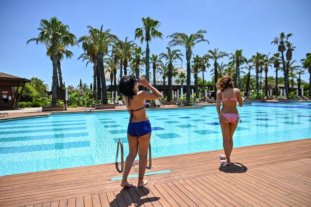 Turiste nella piscina di un hotel ad Antalya, Turchia.
