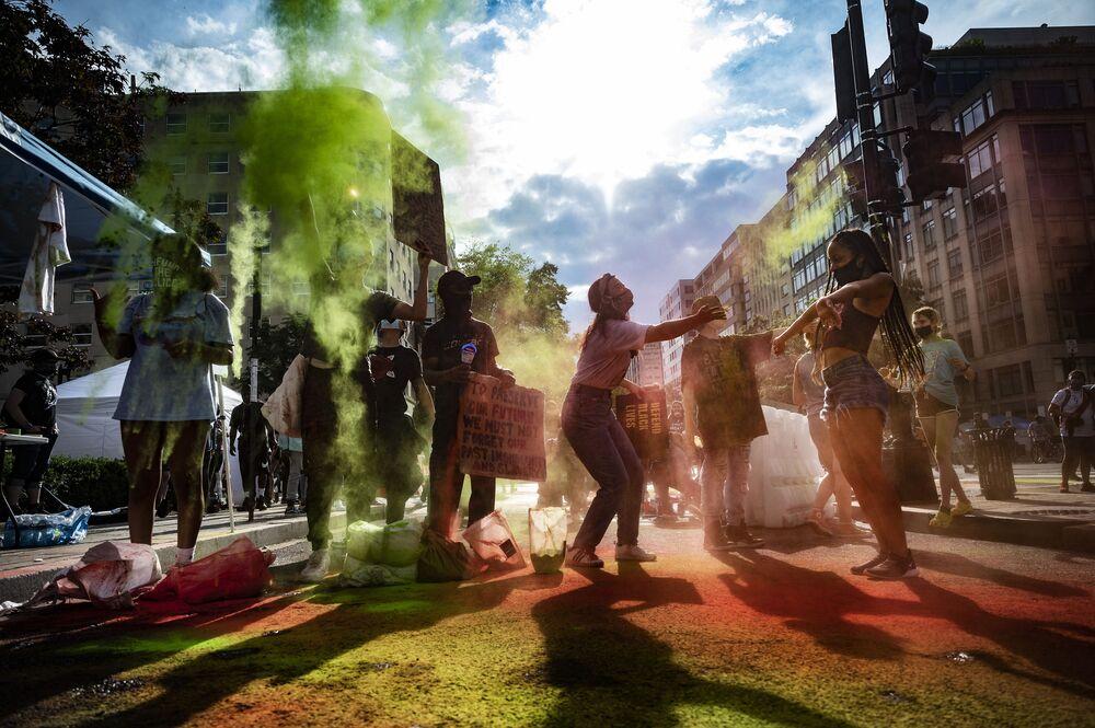 Manifestanti lanciano polvere colorata alla protesta contro la discriminazione razziale a Washington.