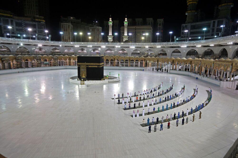 Fedeli in preghiera a Kaaba, Arabia Saudita.