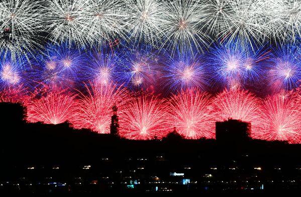 I fuochi d'artificio a Mosca per il 75esimo anniversario della Vittoria contro il nazifascismo. - Sputnik Italia