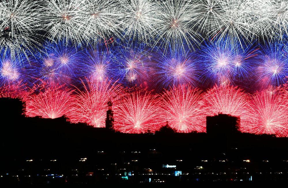 I fuochi d'artificio a Mosca per il 75esimo anniversario della Vittoria contro il nazifascismo.