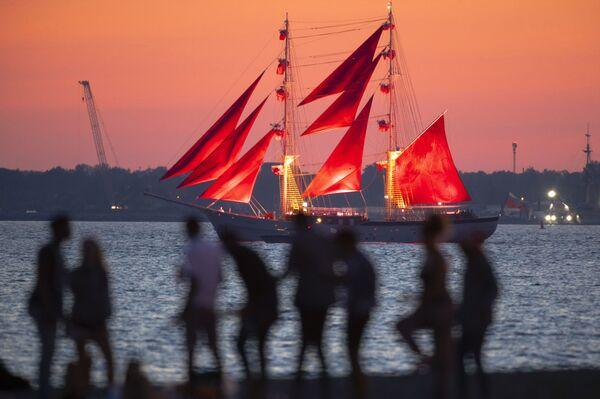 Il veliero dalle vele scarlatte, simbolo delle Notti Bianche e dell'omonimo festival - Sputnik Italia