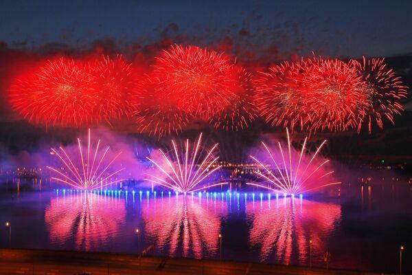 I fuochi d'artificio al festival Vele Scarlatte a San Pietroburgo  - Sputnik Italia