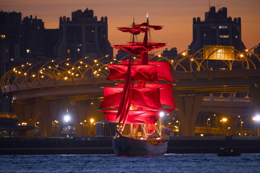Il veliero dalle vele scarlatte, simbolo delle Notti Bianche e dell'omonimo festival