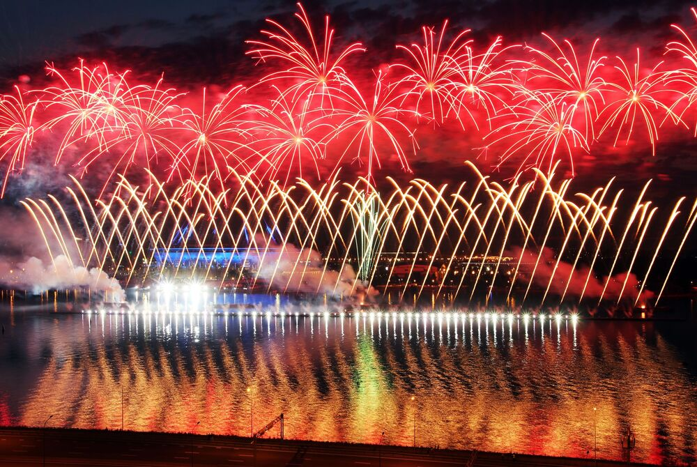I fuochi d'artificio al festival Vele Scarlatte a San Pietroburgo