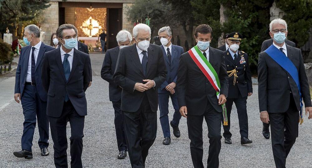 Il Presidente della Repubblica Sergio Mattarella con Attilio Fontana e le autorità locali, in occasione della cerimonia di commemorazione dedicata alle vittime bargamasche del covid-19