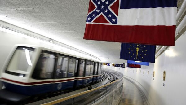 The Mississippi state flag, which incorporates the Confederate battle flag, hangs with other state flags in the subway system under the U.S. Capitol in Washington June 23, 2015. - Sputnik Italia