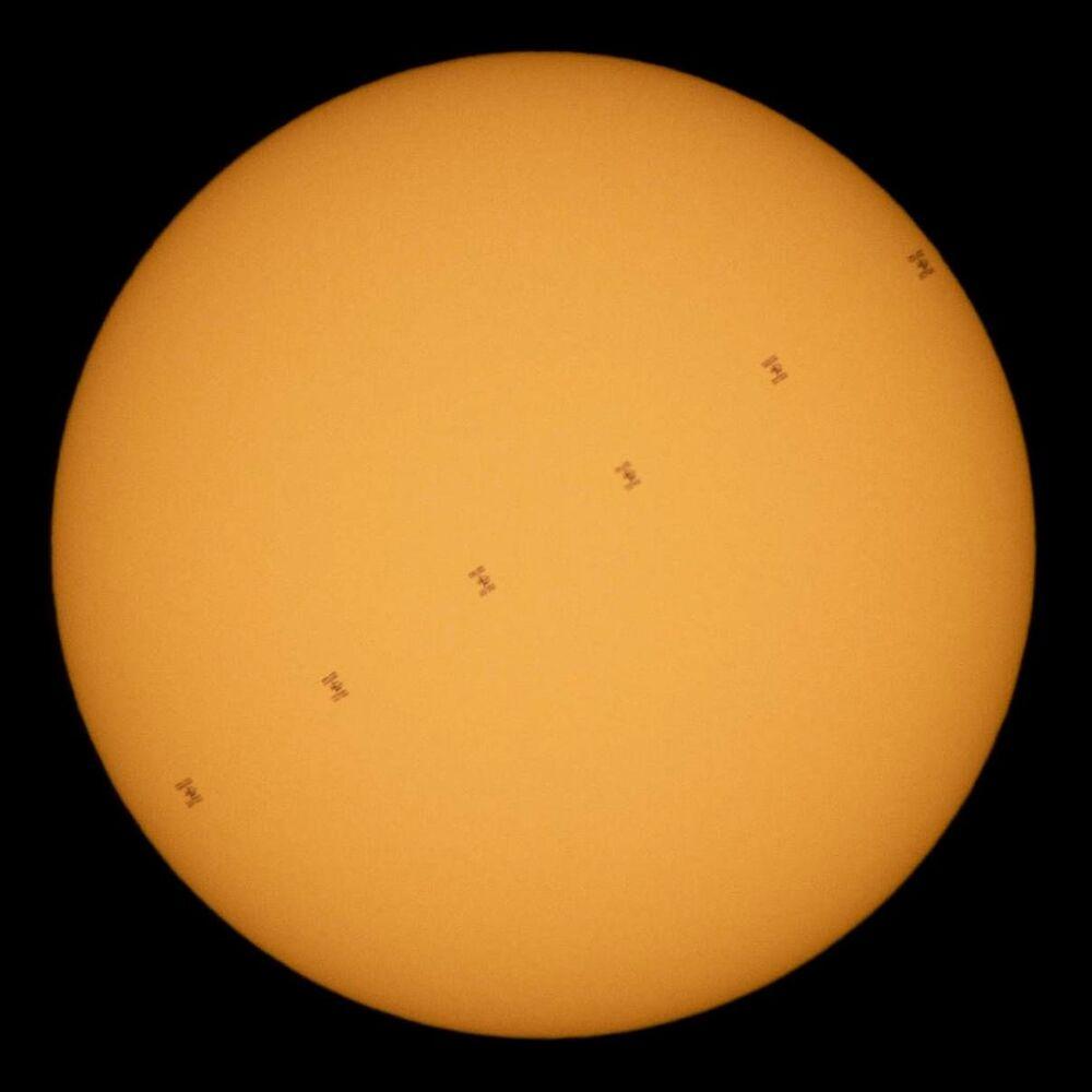 La Stazione Spaziale Internazionale passa davanti al Sole